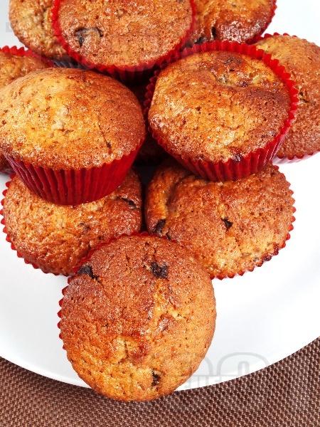 Лесни мъфини с банани и шоколад (тесто от брашно, олио, яйце и кисело мляко) - снимка на рецептата